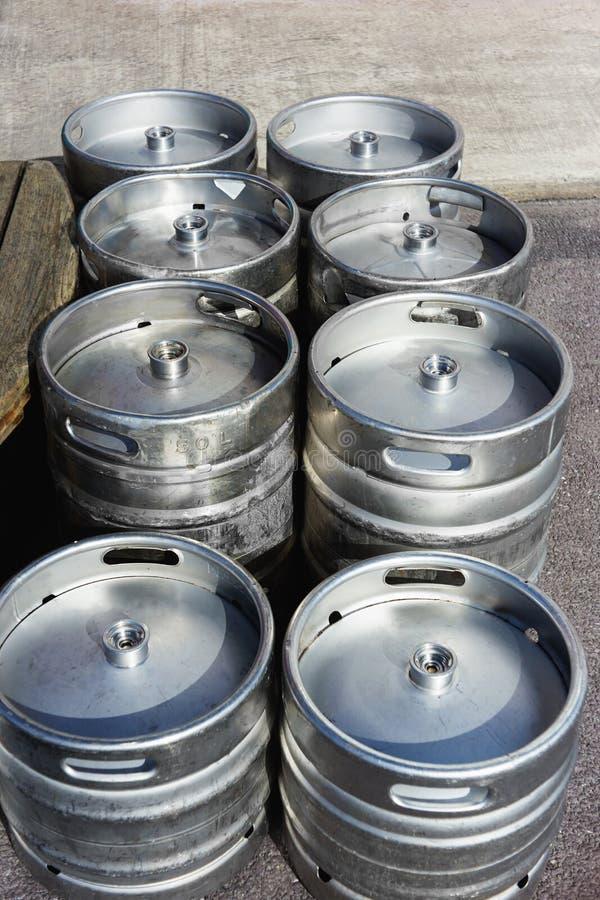 Barriles de cerveza de aluminio imagen de archivo libre de regalías