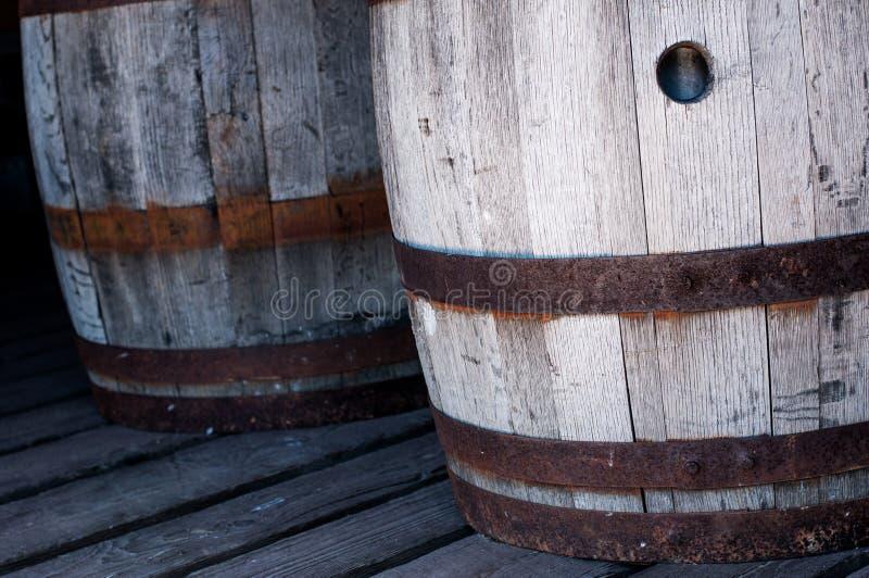 Barriles de madera viejos en un piso del granero imágenes de archivo libres de regalías