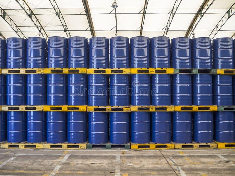 Barriles de petróleo o tambores químicos empilados para arriba fotos de archivo libres de regalías