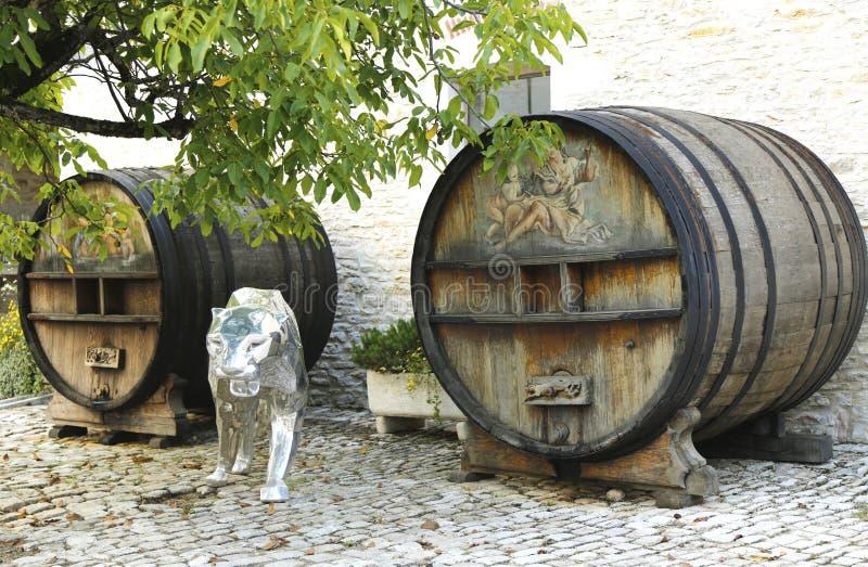 Barriles de un vino pintados viejos en Chateau de Pommard en Francia fotos de archivo