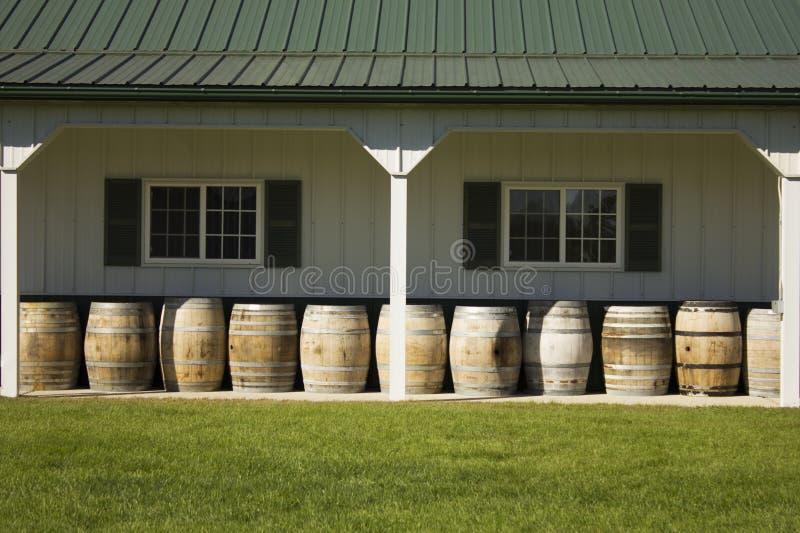 Barriles de vino alineados en un lagar imagenes de archivo