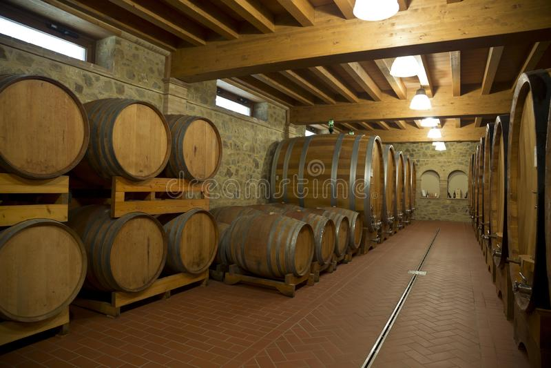 Barriles de vino apilados en el s?tano viejo del lagar fotografía de archivo