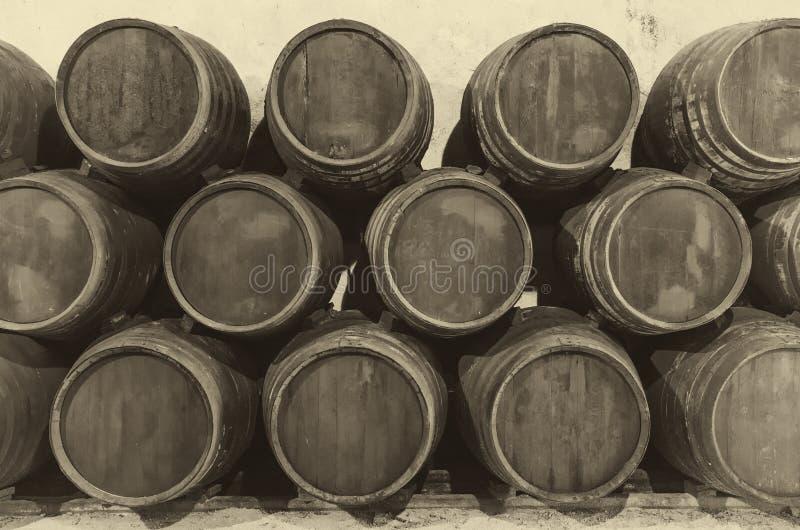 Barriles de vino en bodega vieja imagen de archivo