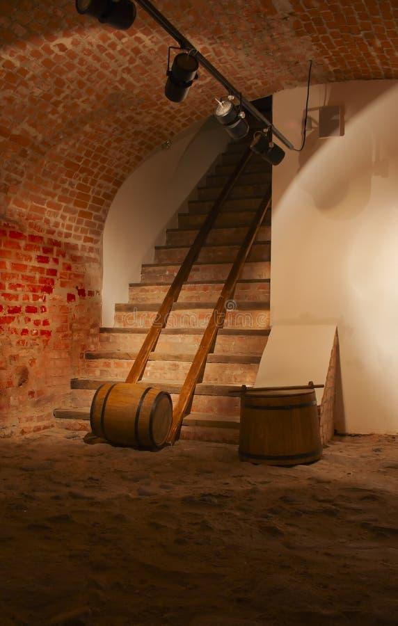 Barriles de vino en el sótano viejo fotos de archivo libres de regalías