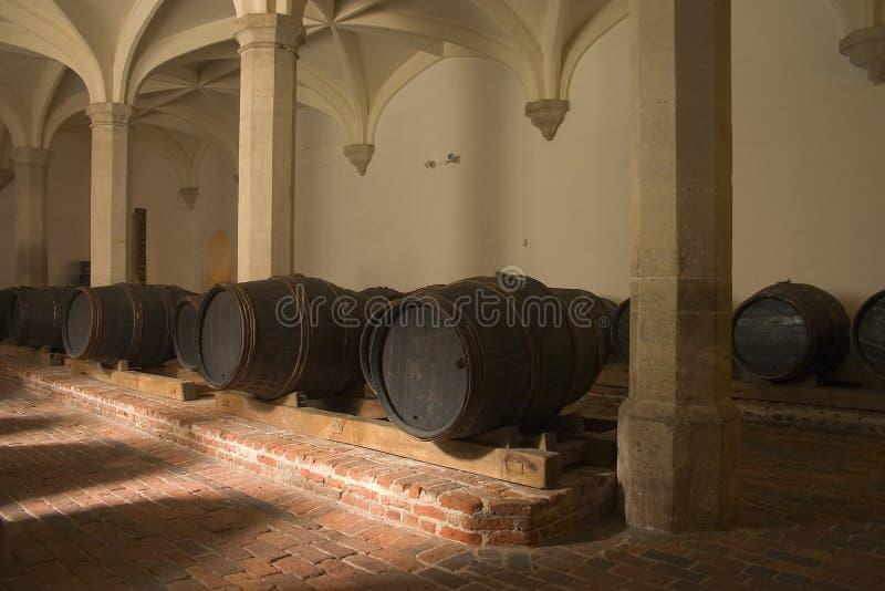 Barriles de vino en sótano imagen de archivo libre de regalías