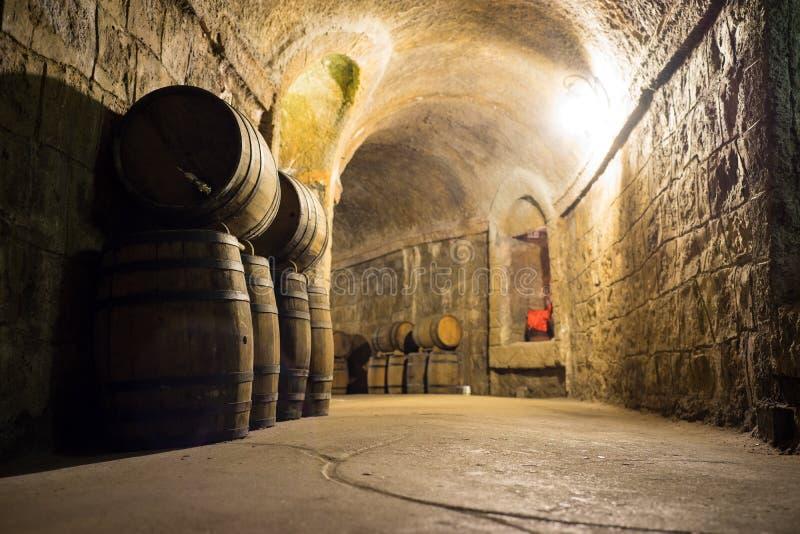 Barriles de vino en sótano Lugar del almacenamiento del vino imagenes de archivo