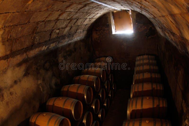 Barriles de vino en un cuarto antiguo seco y frío en un sótano en Mallorca fotografía de archivo