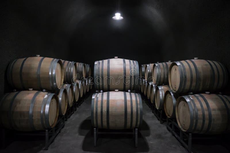 Barriles de vino en una cueva imagen de archivo