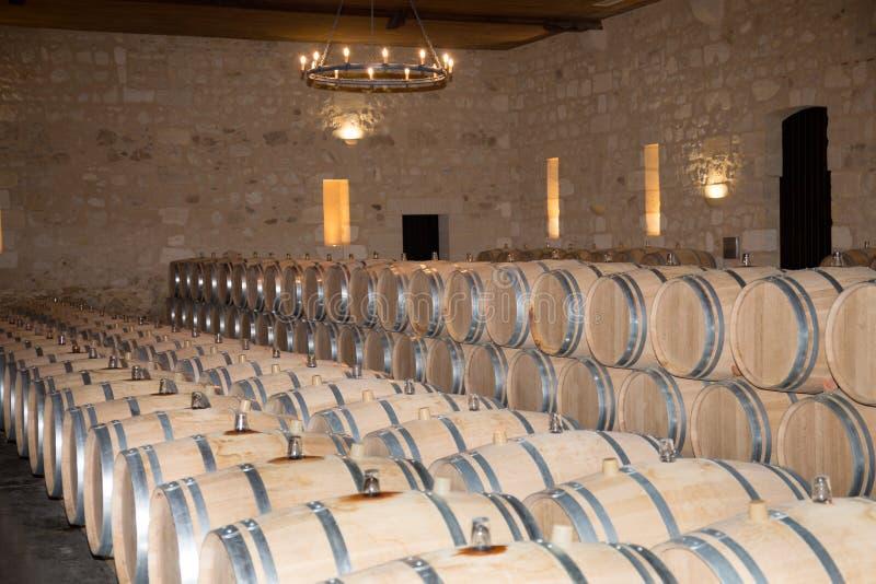 Barriles de vino franceses grandes del roble en sótano del lagar en Burdeos Francia fotos de archivo