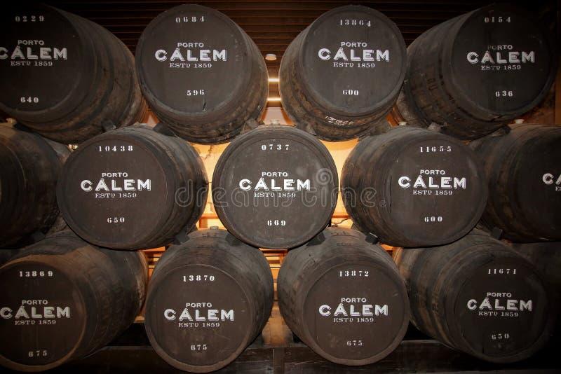 Barriles de vino de Oporto de Calem en las cuevas en Oporto Portugal imagenes de archivo