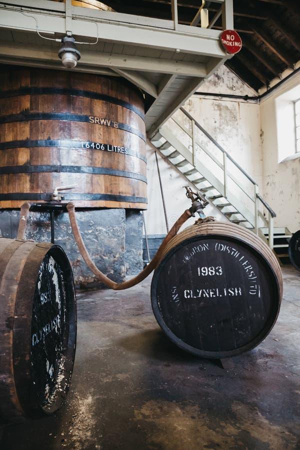 Barriles de whisky de Clynelish dentro de la destilería de Brora, Escocia fotografía de archivo