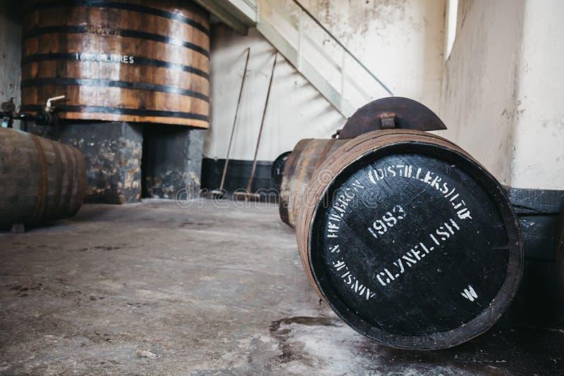 Barriles de whisky de Clynelish dentro de la destilería de Brora, Escocia imágenes de archivo libres de regalías