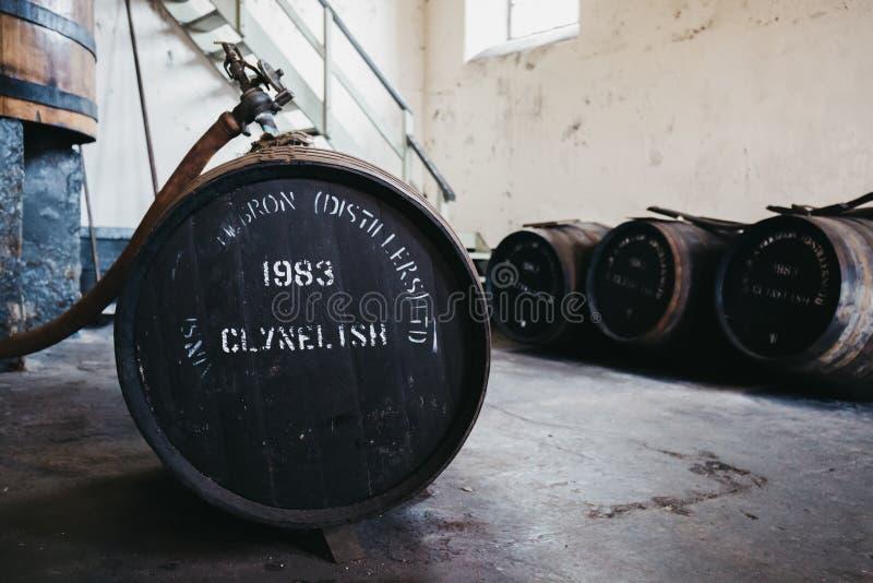 Barriles de whisky de Clynelish dentro de la destilería de Brora, Escocia fotos de archivo