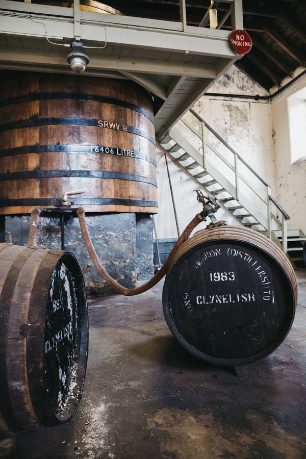 Barriles de whisky de Clynelish dentro de la destilería de Brora, Escocia imagen de archivo libre de regalías