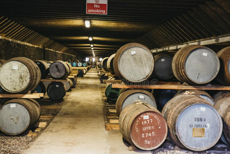 Barriles de whisky dentro del almacén de la destilería de Brora en Escocia, whisky raro de Brora en el frente imagenes de archivo