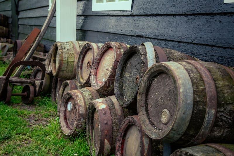 Barriles del roble de cerveza cerca de la casa imagen de archivo libre de regalías