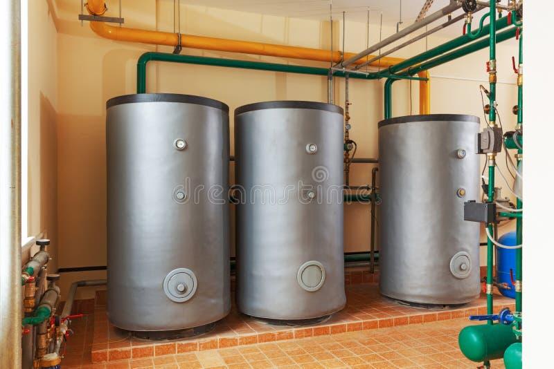 Barriles para ahorrar la agua caliente en industrial, caldera de gas foto de archivo libre de regalías