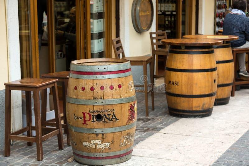 Barriles para el vino usado como tabla en Lazise en el lago Garda fotografía de archivo