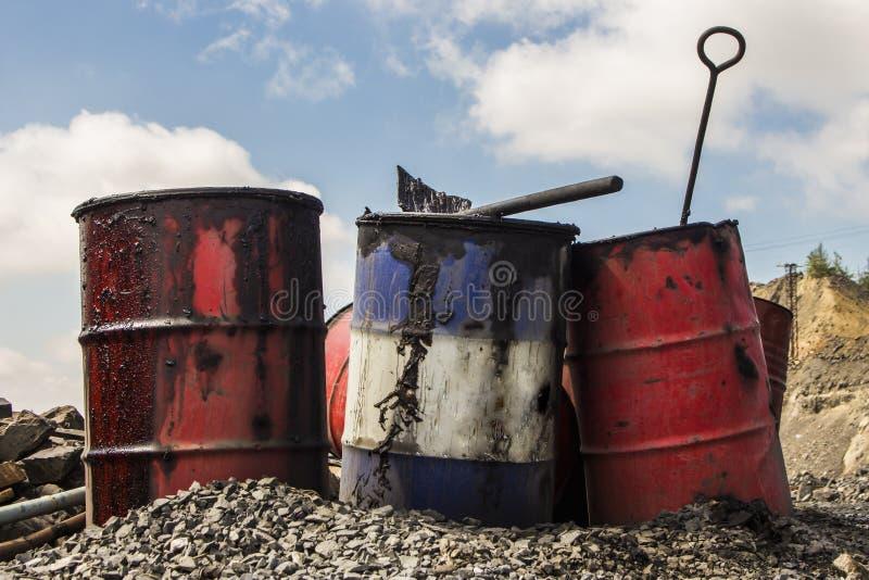 Barriles vacíos del metal en la mina del hierro fotografía de archivo