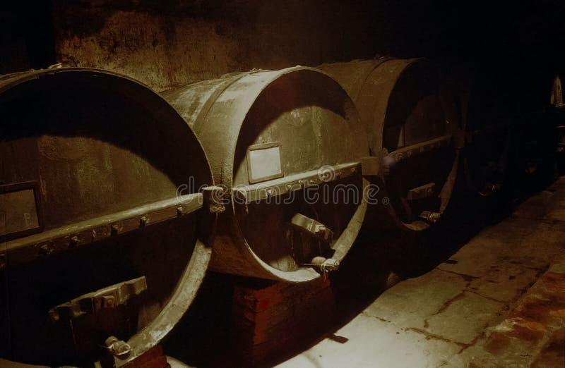 Barriles viejos de vino en un sótano antiguo imagen de archivo