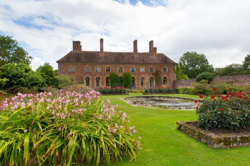 Barrington Court perto de Ilminster Somerset England Reino Unido com os jardins na luz do sol do verão foto de stock royalty free