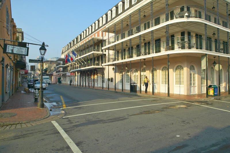 Barrio francés de New Orleans, Luisiana, calle de Borbón con el hombre negro que camina por la mañana foto de archivo libre de regalías
