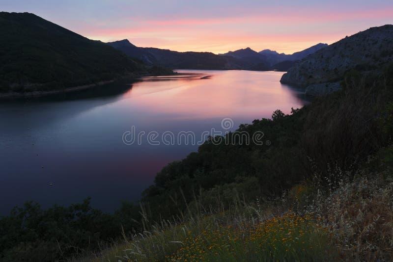 Barriosde Luna reservoir in de zomeravond stock afbeeldingen