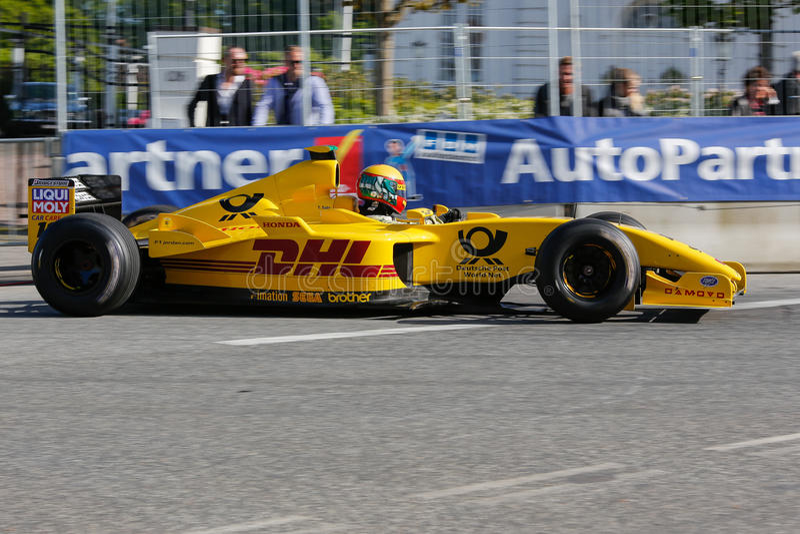 Barry Walker in einem Formel 1-Rennwagen Jordaniens EJ12 stockbilder