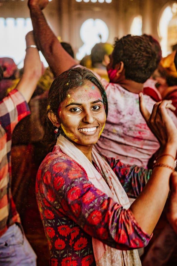 Barsana, India/23 febbraio 2018 - una giovane donna balla con la gioia nel festival di Holi fotografia stock libera da diritti