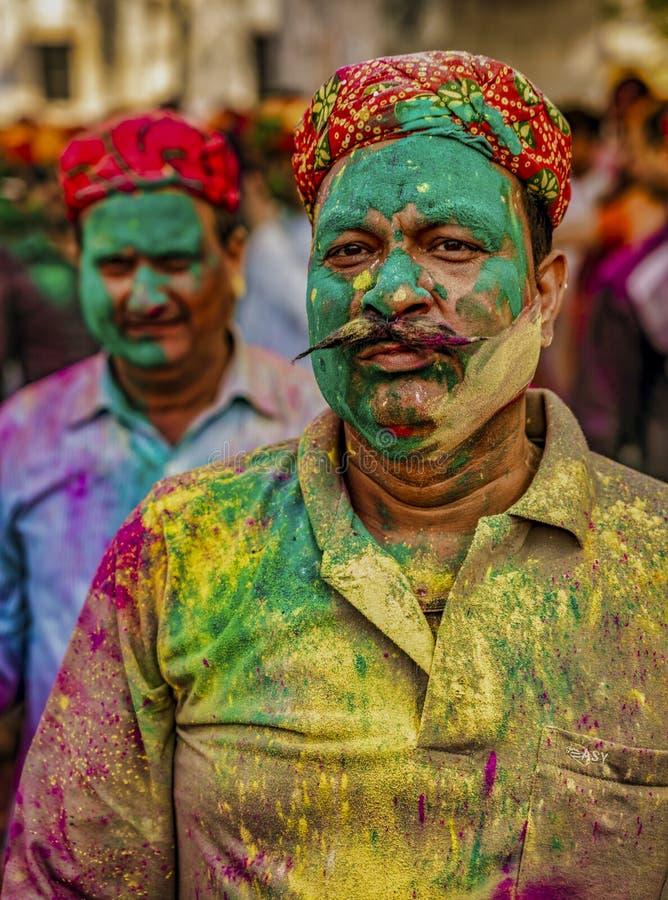 Barsana, Indien/am 23. Februar 2018 - ein Mann führt stolz die Masse von Farben vor, die er in Holi-Festival angesammelt hat stockbild