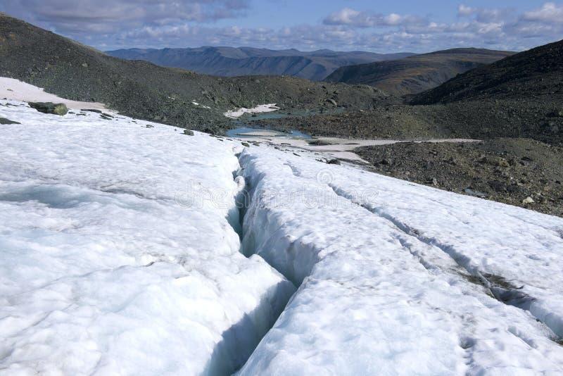 Barsten in de IGAN-Gletsjer Polaire Ural Yamalo-Nenets Autonome Okrug, Rusland stock foto