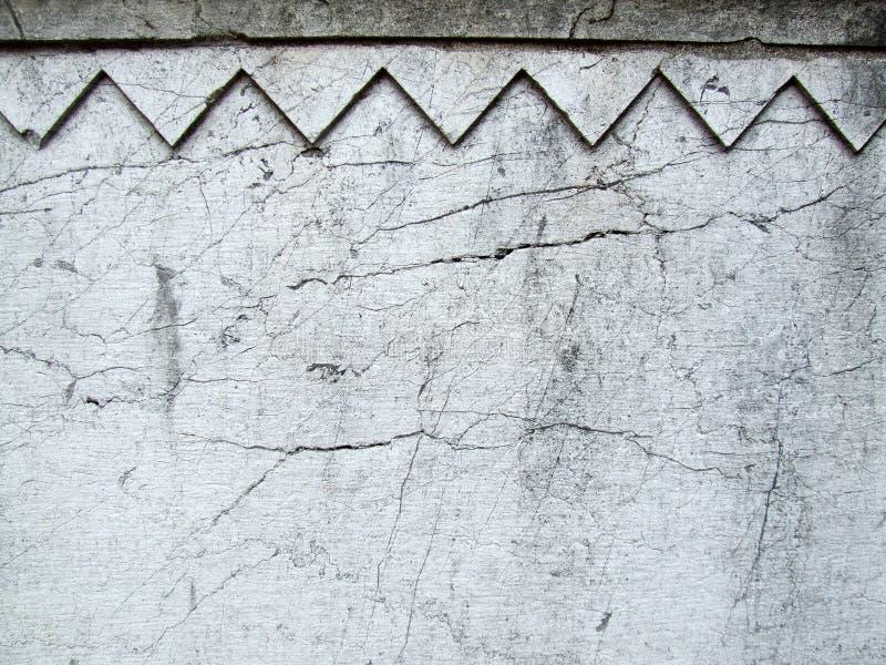 Barsten op een decoratieve oude muur royalty-vrije stock afbeeldingen