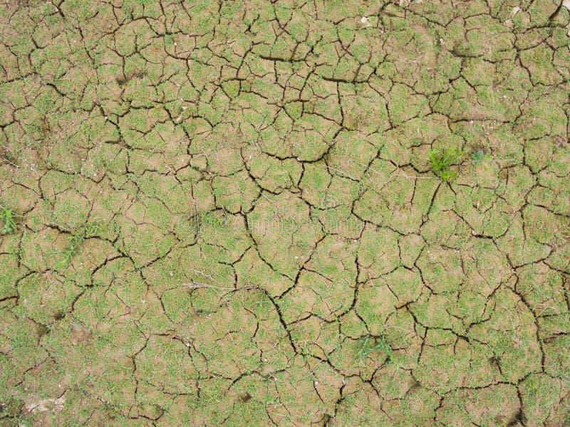 Barsten van de droge grond in dor seizoen royalty-vrije stock afbeeldingen