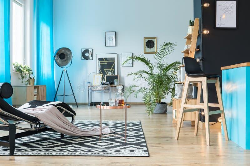 Barstool im gemütlichen offenen Raum stockfoto