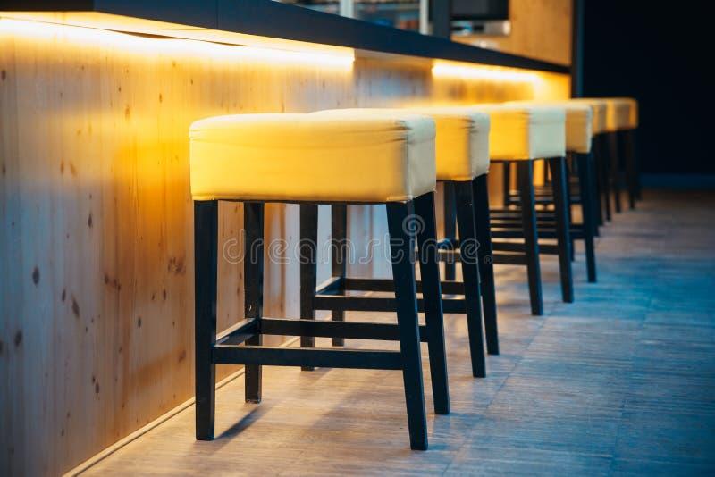 Barstools на счетчике в современном баре для сидеть посетителей стоковые изображения