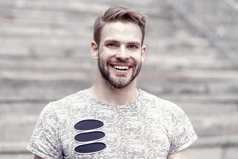 Bart teilt den Jungen vom Mann Gut aussehender Mann mit sexy Lächeln auf unrasiertem Gesicht und stilvollem blondem Haar gl?cklic stockfotografie