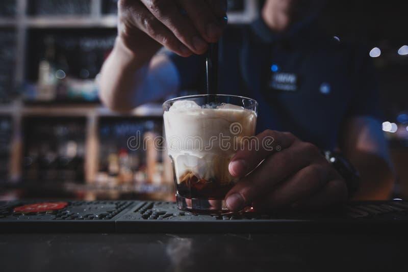 Bartender αναμιγνύει ένα κοκτέιλ τα λευκό ρωσικά ή Lebowski στοκ φωτογραφία με δικαίωμα ελεύθερης χρήσης