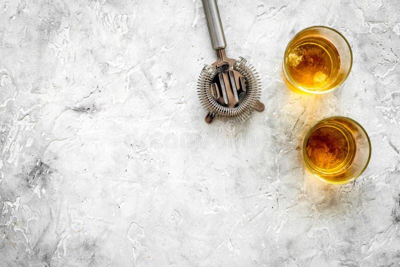 Bartender εξοπλισμός για το κοκτέιλ με το ουίσκυ στη φραγμών αντίθετη πετρών χλεύη άποψης υποβάθρου τοπ επάνω στοκ εικόνες με δικαίωμα ελεύθερης χρήσης