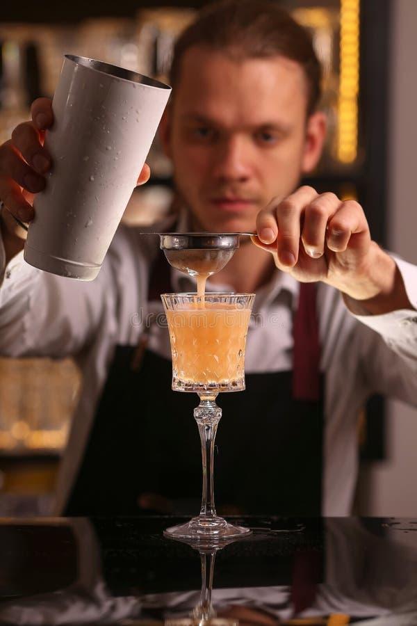 Bartender κάνει το ξινό ποτό κοκτέιλ οινοπνεύματος Pisco στοκ φωτογραφία με δικαίωμα ελεύθερης χρήσης