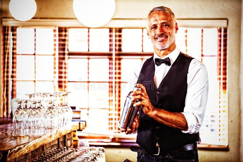 Bartender που αναμιγνύει ένα ποτό κοκτέιλ στο δονητή κοκτέιλ στοκ εικόνες