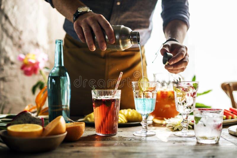Bartender που αναμιγνύει τα ζωηρόχρωμα κοκτέιλ στοκ εικόνα με δικαίωμα ελεύθερης χρήσης