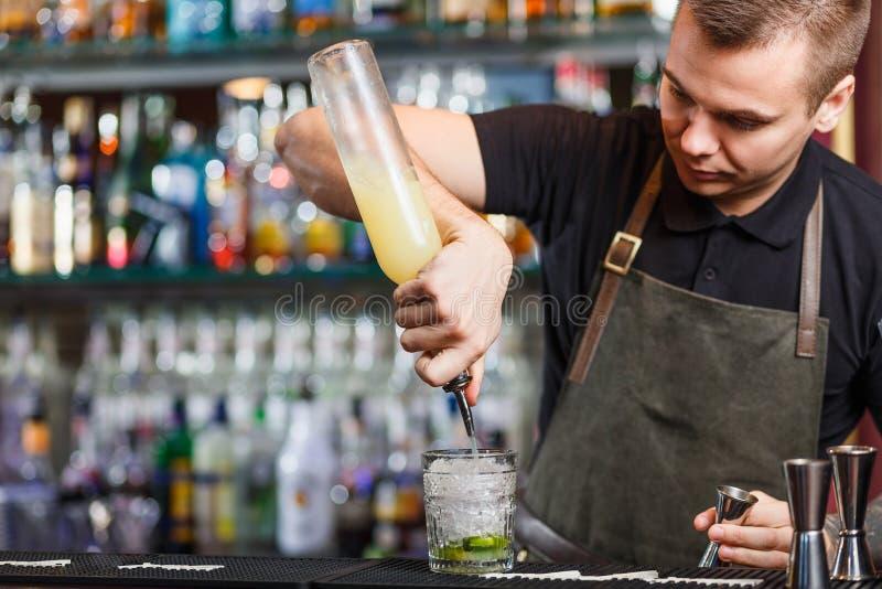 Bartender που κατασκευάζει το κοκτέιλ στοκ φωτογραφίες με δικαίωμα ελεύθερης χρήσης