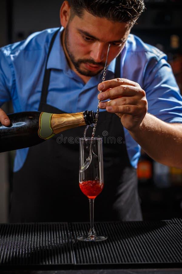 Bartender που προετοιμάζει το κοκτέιλ στοκ φωτογραφία με δικαίωμα ελεύθερης χρήσης