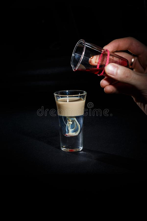 Bartender προετοιμάζει ένα κοκτέιλ στοκ εικόνες