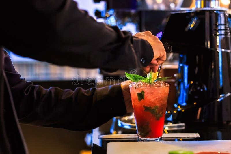 Bartender χεριών κάνει το κοκτέιλ Το κοκτέιλ έχει τα φύλλα κερασιών και μεντών στοκ φωτογραφίες με δικαίωμα ελεύθερης χρήσης