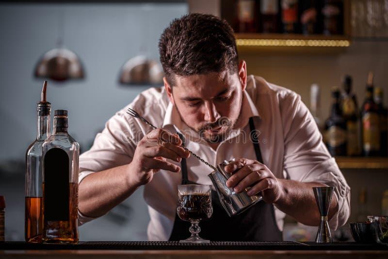 Bartender dekorerad kaffecoctail arkivfoton