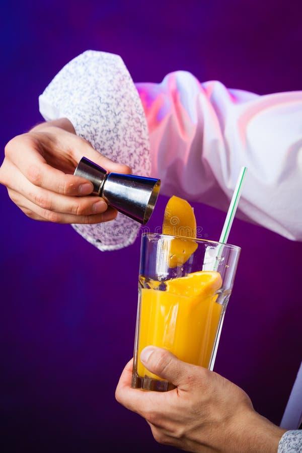 Bartender för ung man som förbereder alkoholcoctaildrinken arkivfoto