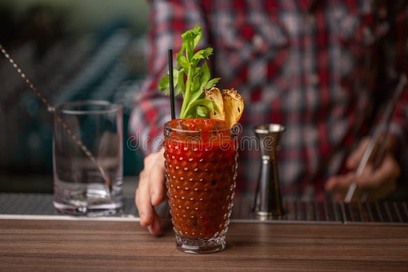 Bartender i danandecoctail på en nattklubb Tonat foto Ingen framsida Dekorera drinken Horisontal bred skärmformat fotografering för bildbyråer