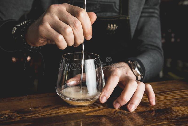 Bartender med en coctail fotografering för bildbyråer