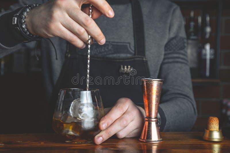 Bartender med en coctail arkivbilder